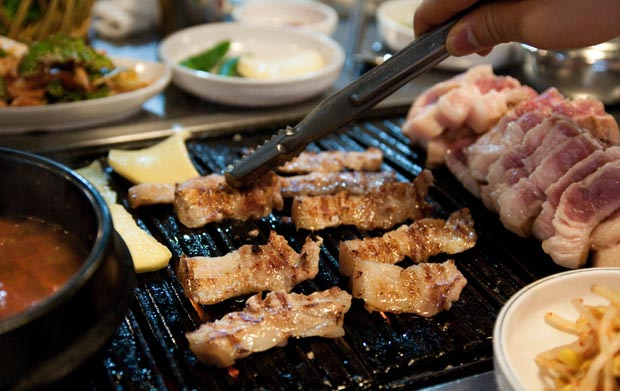 Ogyeopsal on the grill at 깡통주먹구이 in Jochiwon, South Korea. (Salgu Wissmath/ The Sejong Dish)
