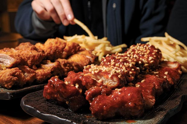 Noo Nah Hol Dak  (누나흘닭),  located just a block and a half down from the entrance to Ook-ill apartments, is the first stop on the Chicken Strut. (Salgu Wissmath/ The Sejong Dish)
