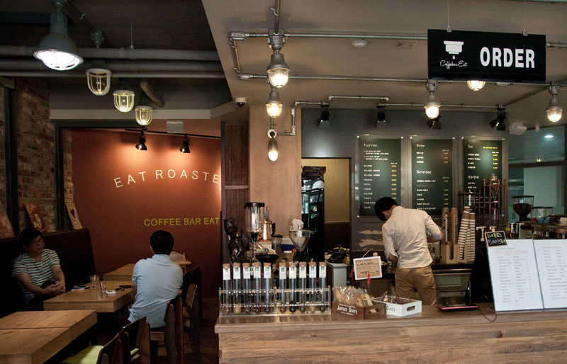 Eat Roasters has a very cozy feel, and is a good place to get some work done, read a little, or meet some friends after dinner. (Salgu Wissmath/ The Sejong Dish)