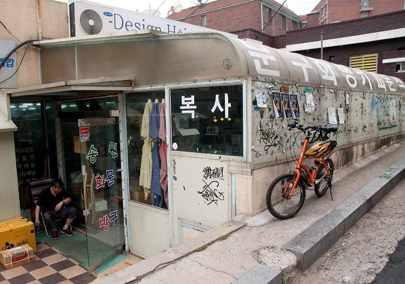 The art store is located in a basement-like building up the street from Hong Cafe, past Simpson's Bar, and next door to Fransugar Coffee. (Salgu Wissmath/ The Sejong Dish)