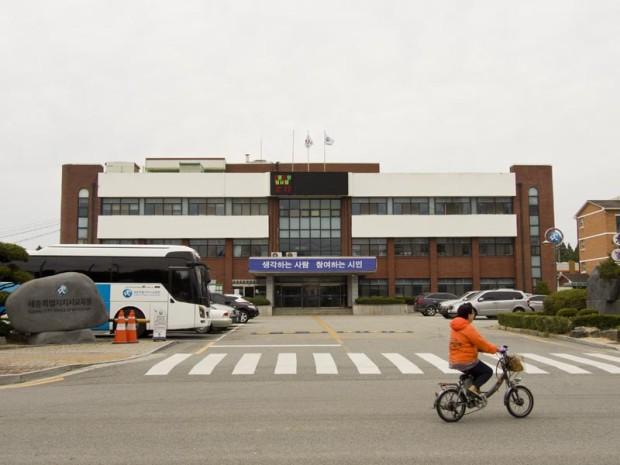 The Sejong Office of Education (세종특별자치시 교육청) is located in Jochiwon next to Daedong Elementary School (대동초등학교). (Matt Lemanski/ The Sejong Dish)
