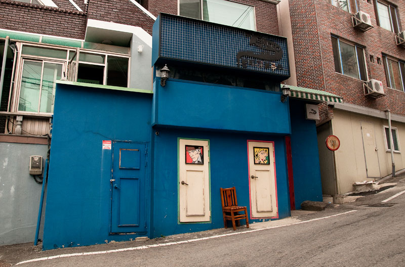 Underground Blues is located just around the corner from King Burger. It is closed on Saturdays, however they are open late during the week. On Monday through Friday, 12 p.m. till 1 a.m. and on Sundays from 1 p.m. till 12 a.m. (Salgu Wissmath/ The Sejong Dish)