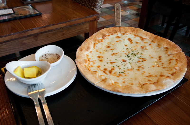 The Gorgonzola Pizza with Honey Dipping Sauce is our Dish Pick. (Salgu Wissmath/ The Sejong Dish)