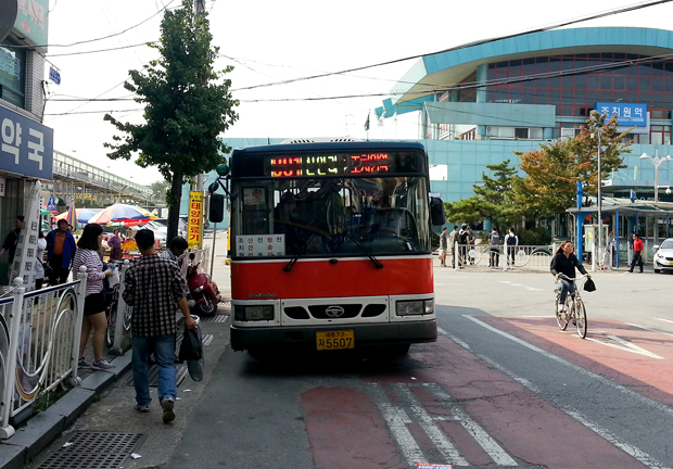 I, armed with a cellphone camera, a multicolored pen, and several scraps of paper, choose a Sunday to take a random bus—whatever the first bus there was, and that bus was the 801... (Kris Sevillena/ The Sejong Dish)